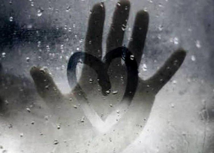 Tânăr de 19 ani s-a sinucis. Băiatul și-a înfipt două cuțite în inimă după ce și-a văzut iubita în oraș cu alți tineri