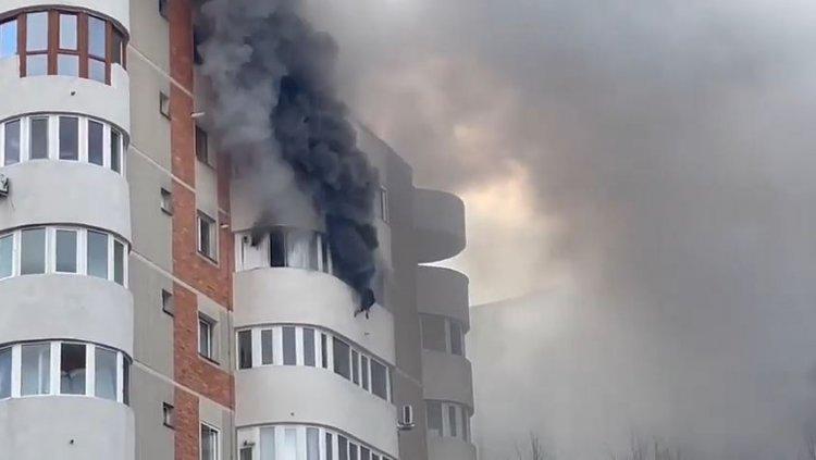VIDEO O femeie s-a aruncat de la etaj ca să scape din flăcări