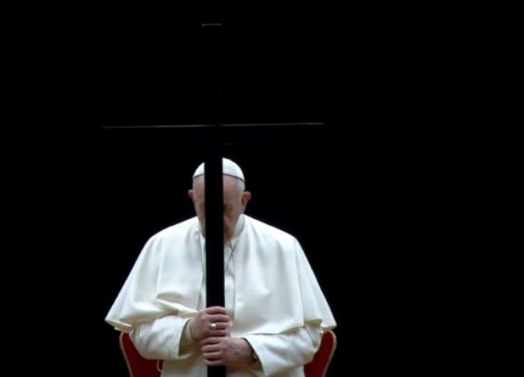 Papa Francisc, procesiune de Drumul Crucii în Piaţa Sfântul Petru, doar cu câţiva oameni şi copii