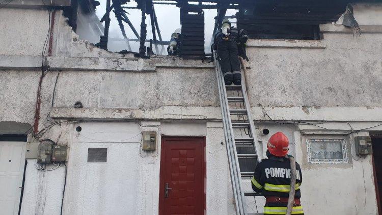 Pompierii au scos din flăcări un bărbat şi o femeie, la Constanţa, unde au luat foc două imobile