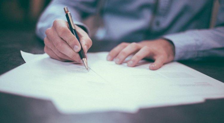 Firmele cu până la 9 angajați nu mai trebuie să întocmească fișa postului sau foaia de prezență