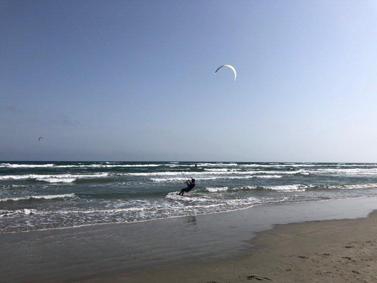 Un tânăr care făcea kitesurfing, a murit la Neptun