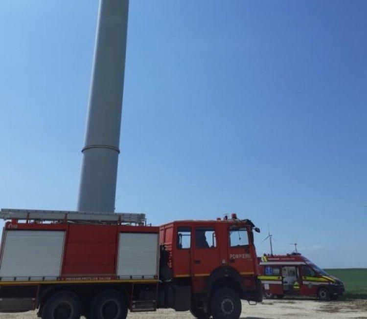 Un tânăr de 25 de ani a murit după ce a rămas blocat într-o turbină eoliană din Chirnogeni