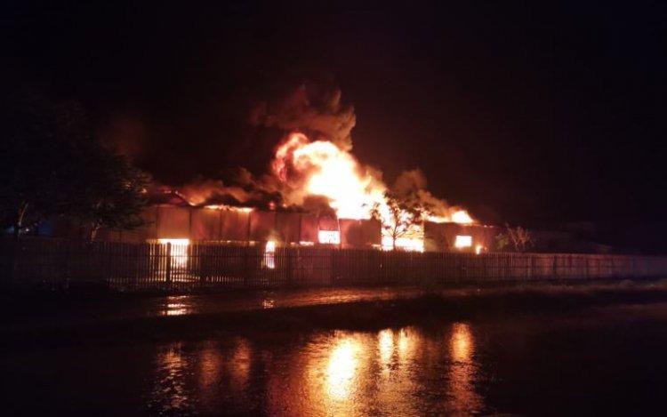 Incendiu violent la un depozit de mase plastice din Bârlad