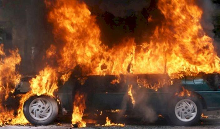 Numeroase vehicule au fost incendiate în parcarea unei gări