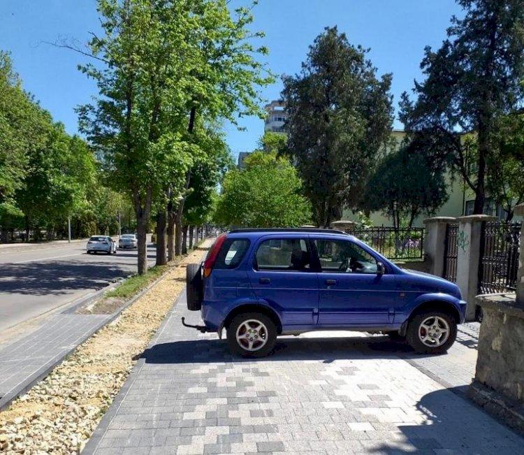 Un autoturism a fost parcat pe trotuarul proaspăt reabilitat de pe bulevardul Tomis